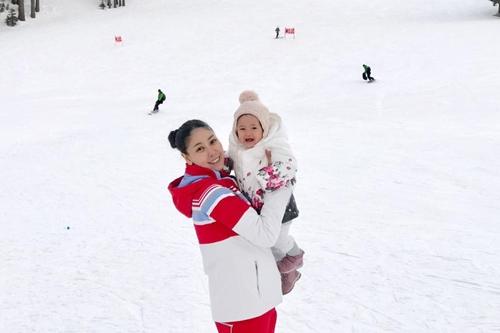 Con gái thứ ba của Hà Kiều Anh - bé Vivann, hơn một tuổi - thích thú khi được mẹ ẵm trong tuyết.