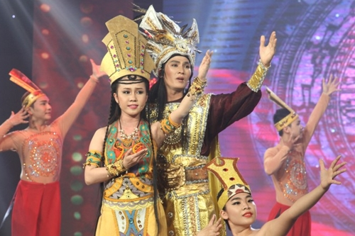 Diễm Kiều (trái) và Thanh Hoa song ca tiết mục Anh hùng dân tộc. Nam thí sinh bị Thoại Mỹ chê hát còn phân tâm và thiếu tự tin.