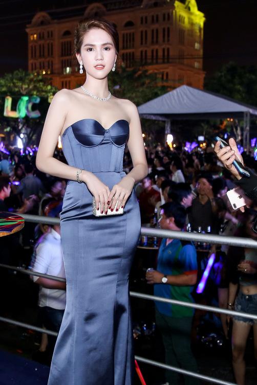 Ngọc Trinh đẹp nhất tuần với váy hở ngực và kim cương bạn trai tặng