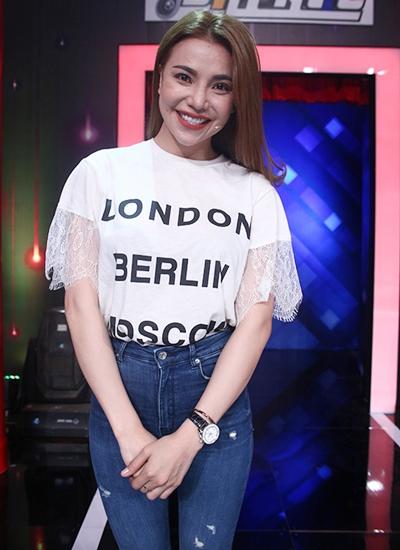 Ca sĩ Trà Ngọc Hằng là khách mời gameshow.