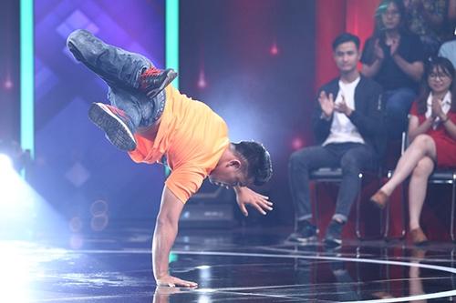 Khách mời tài năng trong tập đầu là anh Nguyễn Thành Trung - vận động viên khuyết tật có khả năng nhảy hiphop bằng tay. Chương trình phát sóng tối 3/1.
