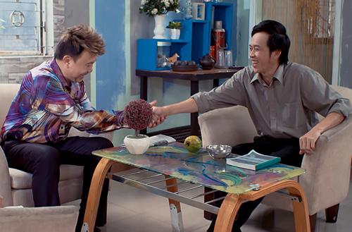 Chí Tài (trái) vào vai một đại gia 60 tuổi thích chải chuốt