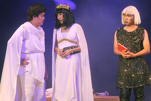 Vở kịch được cài cắm nhiều tình tiết gây cười.