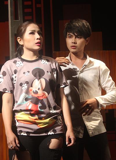 Khả Như (trái) là một trong các diễn viên chính của vở. Cô vào vai Thanh Tú, người đáng lẽ phải chết thay vì chàng trai cùng tên.