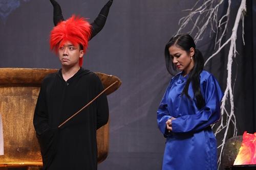 Trấn Thành (trái) hóa thành Diêm Vương, kể tội nhân vật của Việt Trinh đã lấy cắp tài sản của bạn trai rồi bỏ trốn.