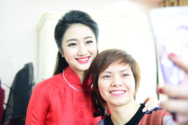 Hoa hậu Trần Thu Ngân xinh tươi trong ngày lễ ăn