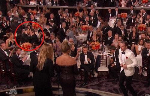Ryan Reynolds hôn Người Nhện trước mặt vợ gây xôn xao - ảnh 1