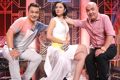 Việt Trinh tạo dáng giữa hai nghệ sĩ khách mời: Quốc Thuận (phải) và Lý Hùng.