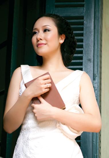 Giáo sư Ngô Bảo Châu 'đọc sách thật phong cách' cùng dàn người đẹp