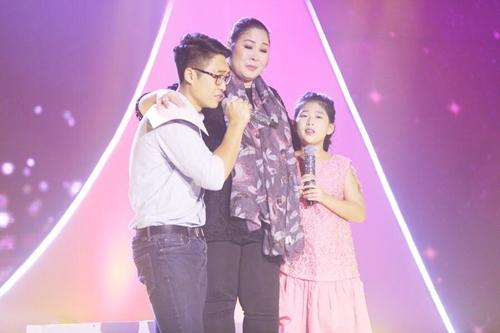 NSND Hồng Vân (giữa) khóc bên con trai và con gái.
