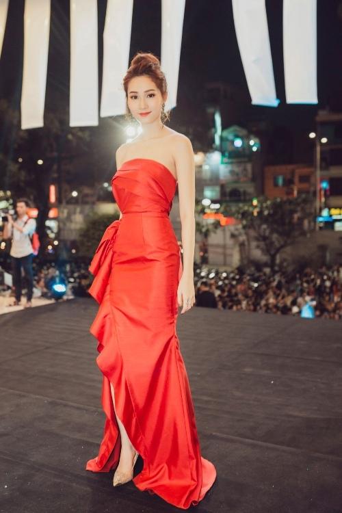 Hoa hậu Thu Thảo, Mỹ Linh đẹp nhất tuần với đầm gợi cảm