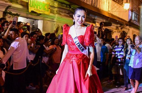 Lệ Hằng catwalk cùng dàn người đẹp Miss Universe trên phố cổ Philippines