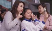 Hoa hậu Đỗ Mỹ Linh tặng quà cho học sinh vùng cao
