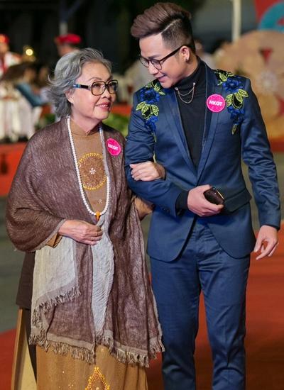 Nghệ sĩ cải lương Trang Thanh Xuân (trái) xuất hiện trên thảm đỏ cùng ca sĩ Quách Tuấn Du