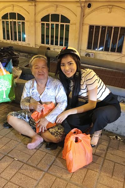 Hoa hậu Kỳ Duyên trao quà cho người nghèo trên phố nửa đêm