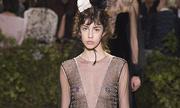 Người mẫu Dior để hở ngực với đầm trong suốt