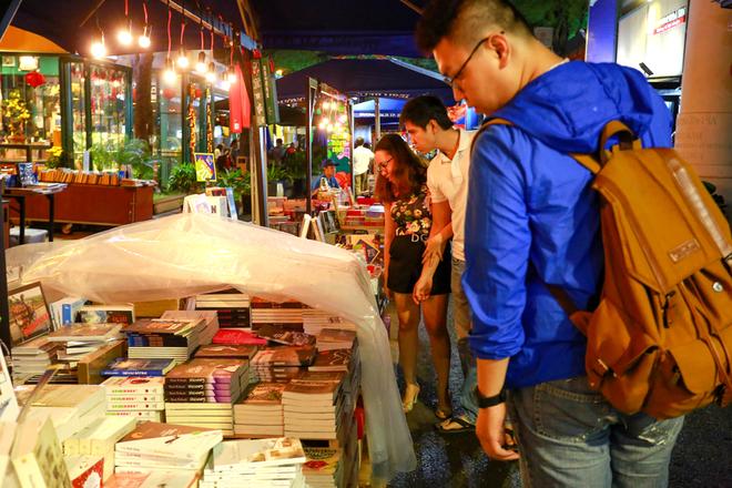 Người Sài Gòn dạo Đường sách xuân Đinh Dậu