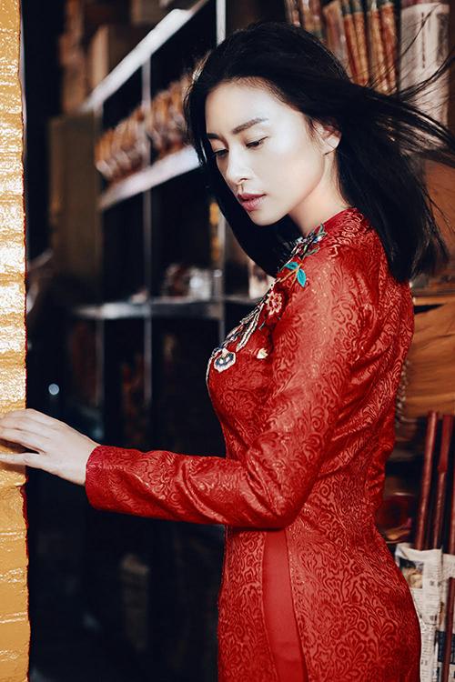 Ngô Thanh Vân diện áo dài đỏ đón Tết