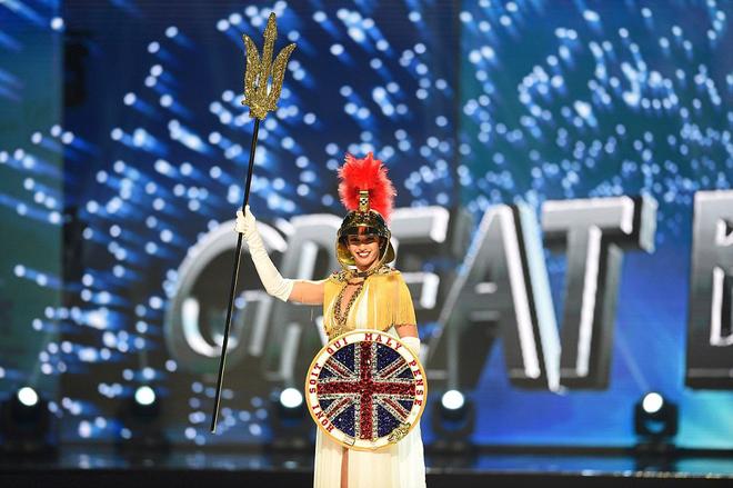 Lệ Hằng đọ trang phục dân tộc với dàn thí sinh Miss Universe