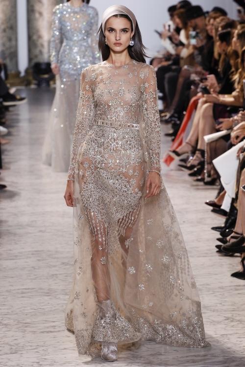 Những 'nàng xuân' của Elie Saab để ngực trần trình diễn váy xuyên thấu