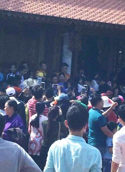 Nhiều khán giả lặn lội từ các tỉnh lân cận TP HCM để được nhìn thấy Hoài Linh ngoài đời.
