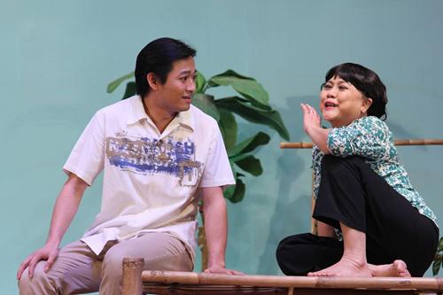 Quý Bình (trái) và Ái Như trong vở Mơ trăng bóng nước.