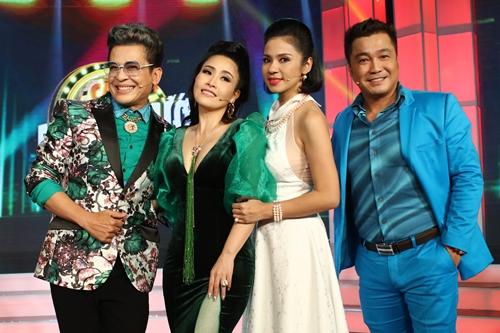 Giám khảo - MC Thanh Bạch (trái) và diễn viên hài Kiều Oanh (thứ hai từ trái qua)