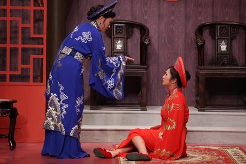 Trưởng phòng Hồng Đào (trái) vào vai một người mẹ có con gái (Thanh Trúc đóng)