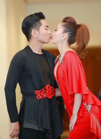 Hai vợ chồng tình tứ hôn nhau.