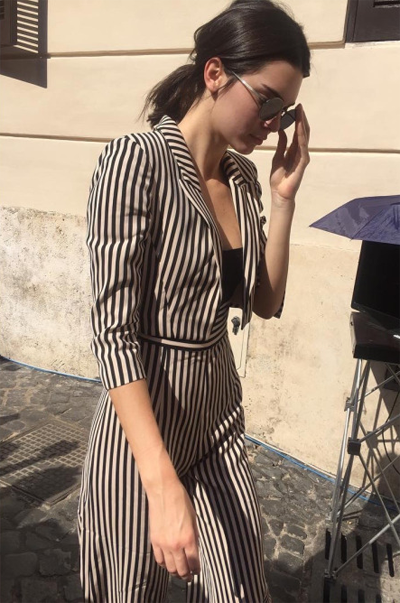 Kendall Jenner khoe vóc dáng người mẫu với thiết kế jumpsuit kẻ sọc đen trắng.