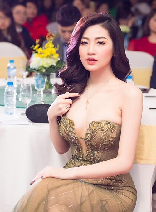 Huyền My, Tú Anh diện đầm khoét ngực đi tiệc