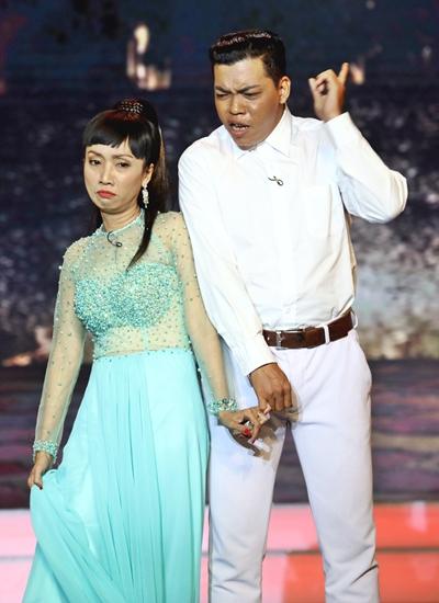 Vợ chồng soạn giả Tô Thiên Kiều (trái) - nghệ sĩ cải lương Lê Hùng vào những nghệ sĩ nghèo với tiểu phẩm Mưu sinh.