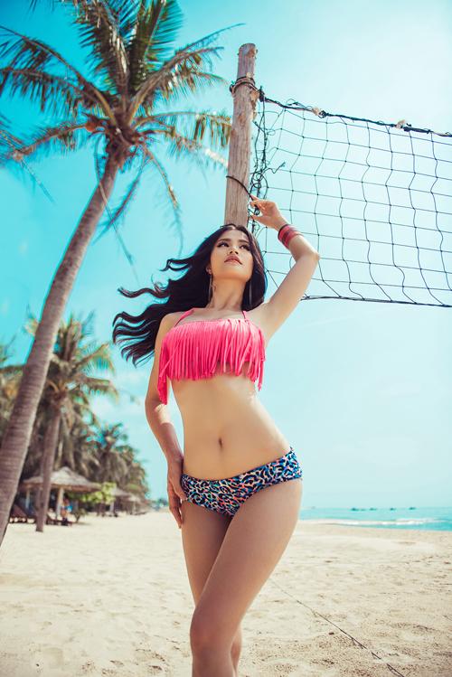 Đông Nhi diện bikini khoe đường cong