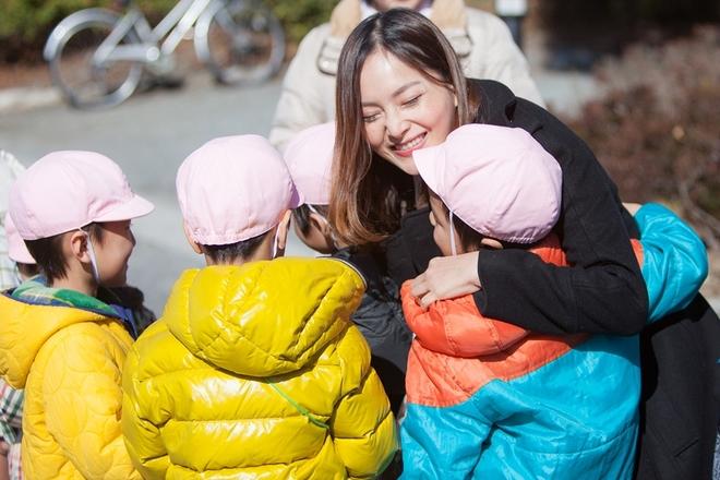 Lan Phương cưng nựng trẻ em Nhật Bản