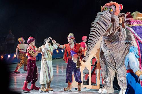 Với chủ đề Thế giới điệu kỳ, năm nay, Disney On Ice sẽ xâu chuỗi những trích đoạn trong 8 bộ phim hoạt hình quen thuộc của Disney từ cổ tích đến hiện đại như Công chúa Tuyết, Người đẹp và quái vật, Bạch Tuyết và bảy chú lùn, Nàng tiên cá, Aladin và cây đèn thần, Vua sư tử, Thế giới trò chơi, Đi tìm Dory. Các em nhỏ sẽ được gặp gỡ những nhân vật hoạt hình nổi tiếng của Disney như chuột Mickey, Minnie, vịt Donald, chó Goofy.
