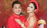 Việt Trinh mặc yếm, ôm Lý Hùng trên sân khấu
