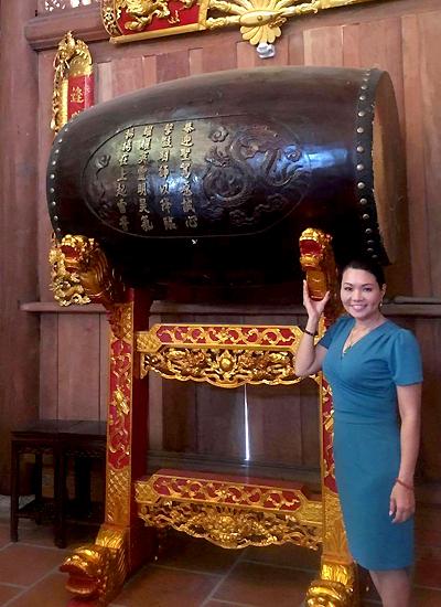 Ngọc Huyền chụp lưu niệm cùng chiếc trống được đặt bên trái nhà thờ.