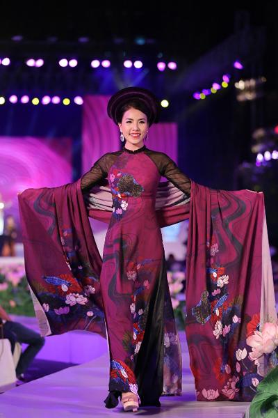 Hoa sen gắn liền với nét đẹp Á Đông và là hình ảnh thường được các nhà thiết kế áo dài ưu đưa vào nhiều mẫu thiết kế. Trong bộ sưu tập này, hoạ tiết đóa sen được xử lý một cách tinh tế, sáng tạo, mang đến sức lôi cuốn mới.