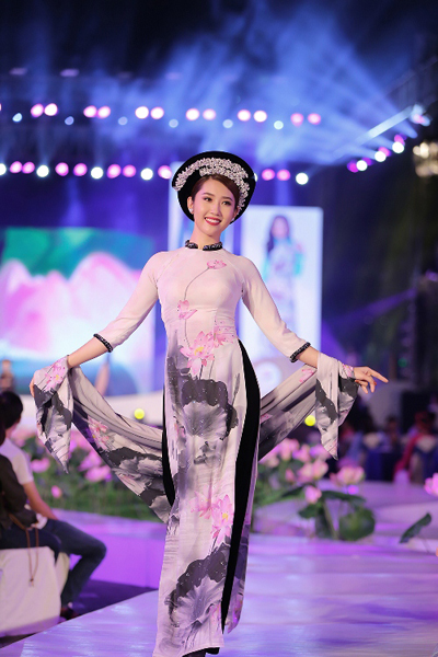 Trên chất liệu vải cao cấp, kỹ thuật in digital hiện đại khiến những hoa văn mềm mại hơn, góp phần tôn vinh giá trị thẩm mỹ của tà áo dài.