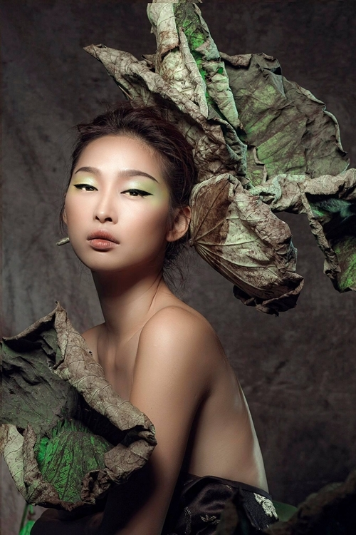 Quỳnh Thy mặc yếm hóa thôn nữ bên sen