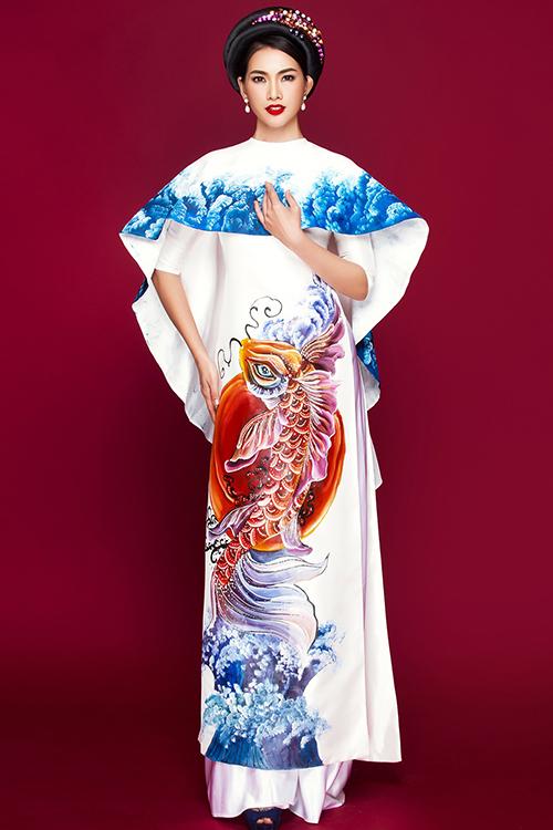 Anh Thư mặc <a href='http://www.vietgiaitri.com/tag/ao-dai-hoa-tiet/' title='áo dài họa tiết' target='_blank'>áo dài họa tiết</a> sóng biển
