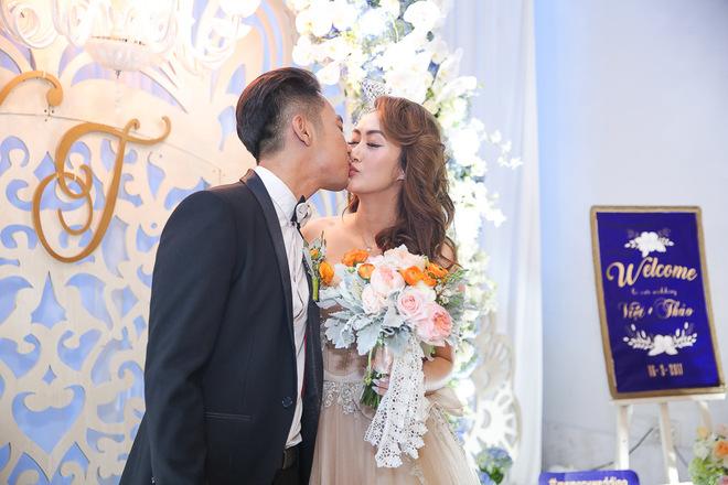Mai Quốc Việt chăm chút vợ Việt kiều ở lễ cưới