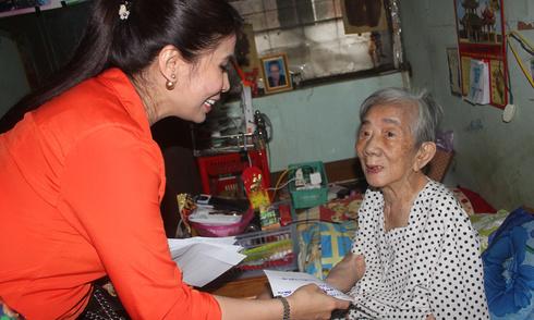 Lý Hương cùng cha mẹ thăm nghệ sĩ già neo đơn