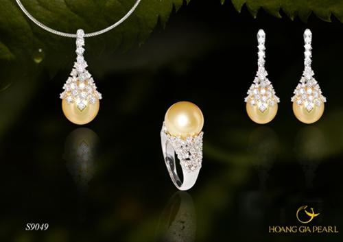 Giọt nắng tập trung vẻ đẹp của ngọc trai South Sea và kim cương trong thiết kế phong cách hoàng gia sang trọng, quý phái. Sản phẩm có giá tham khảo 536 triệu đồng.