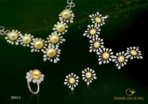 Quà của biển - bộ trang sức đẹp sang trọng được chế tác từ những đóa hoa ngọc trai South Sea kích thước ngọc 9,5-14 mm. Sản phẩm có giá tham khảo 372,2 triệu đồng.