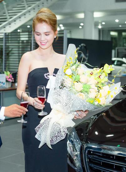 Ngọc Trinh mua ôtô mới giá 12 tỷ