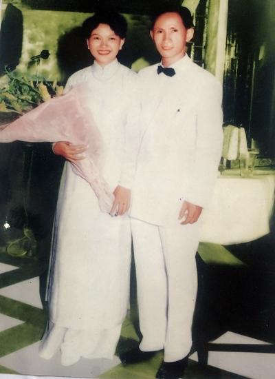 Nhạc sĩ Châu Kỳ và vợ - bà Đàng - trong lễ cưới. Ảnh: Tư liệu.