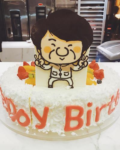 Bánh sinh nhật gắn hình Thành Long.