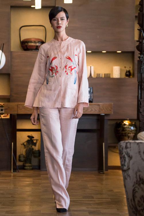 Những nét nổi bật cho những bộ trang phục là họa tiết thêu ấn tượng