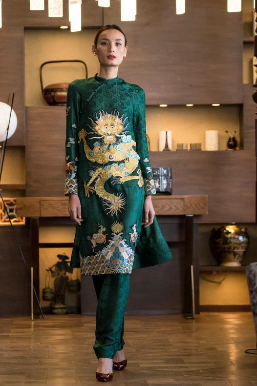 Với hoa văn cũng như họa tiết được phối trên bộ đồ này, bộ sưu tập mang tên Cô Ba Đông Dương.